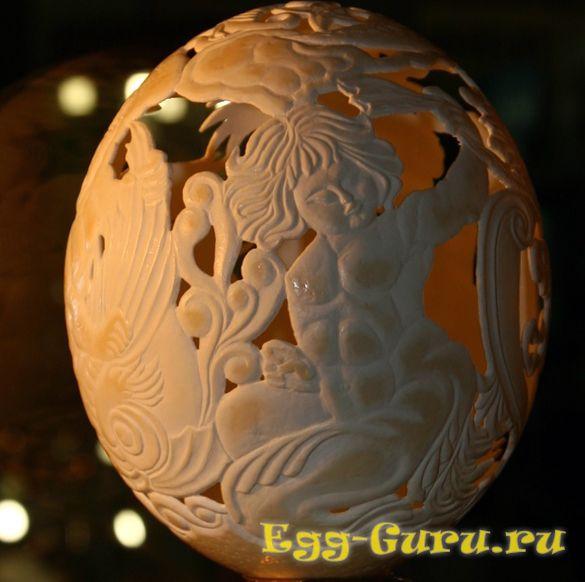 Страусиное яйцо с красивой резьбой по нему