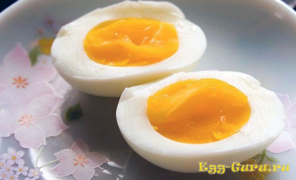 Сваренные в мешочек куриные яйца
