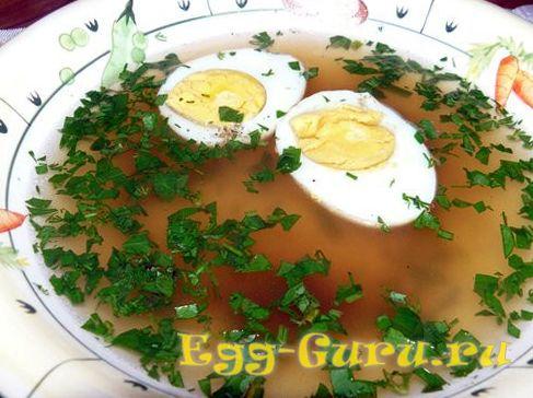 Яйца вкрутую в бульоне с зеленью