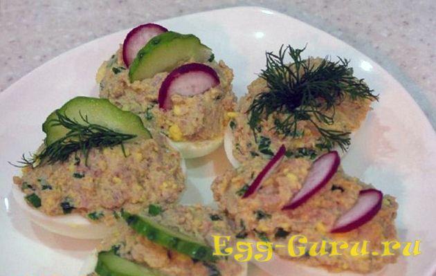 Яйца с печенью трески и овощами