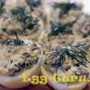 Яйца фаршированные сельдью и луком