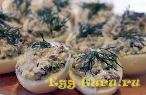 Яйца с селедкой и луком