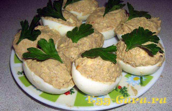 Начиненные паштетом яйца