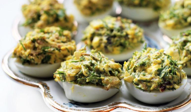 Фаршированный грибами яйца