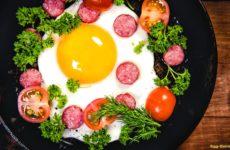 Как приготовить простую яичницу