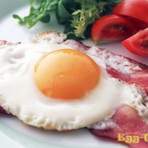 Яичница с беконом — рецепт с фото
