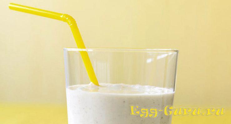 Готовый коктейль из молока, творога, яйца и банана