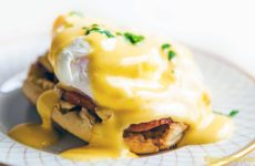 Яйцо пашот с соусом Бенедикт